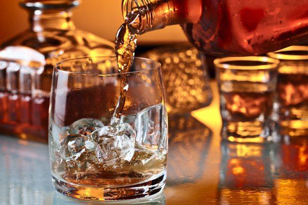 kak hranit viski